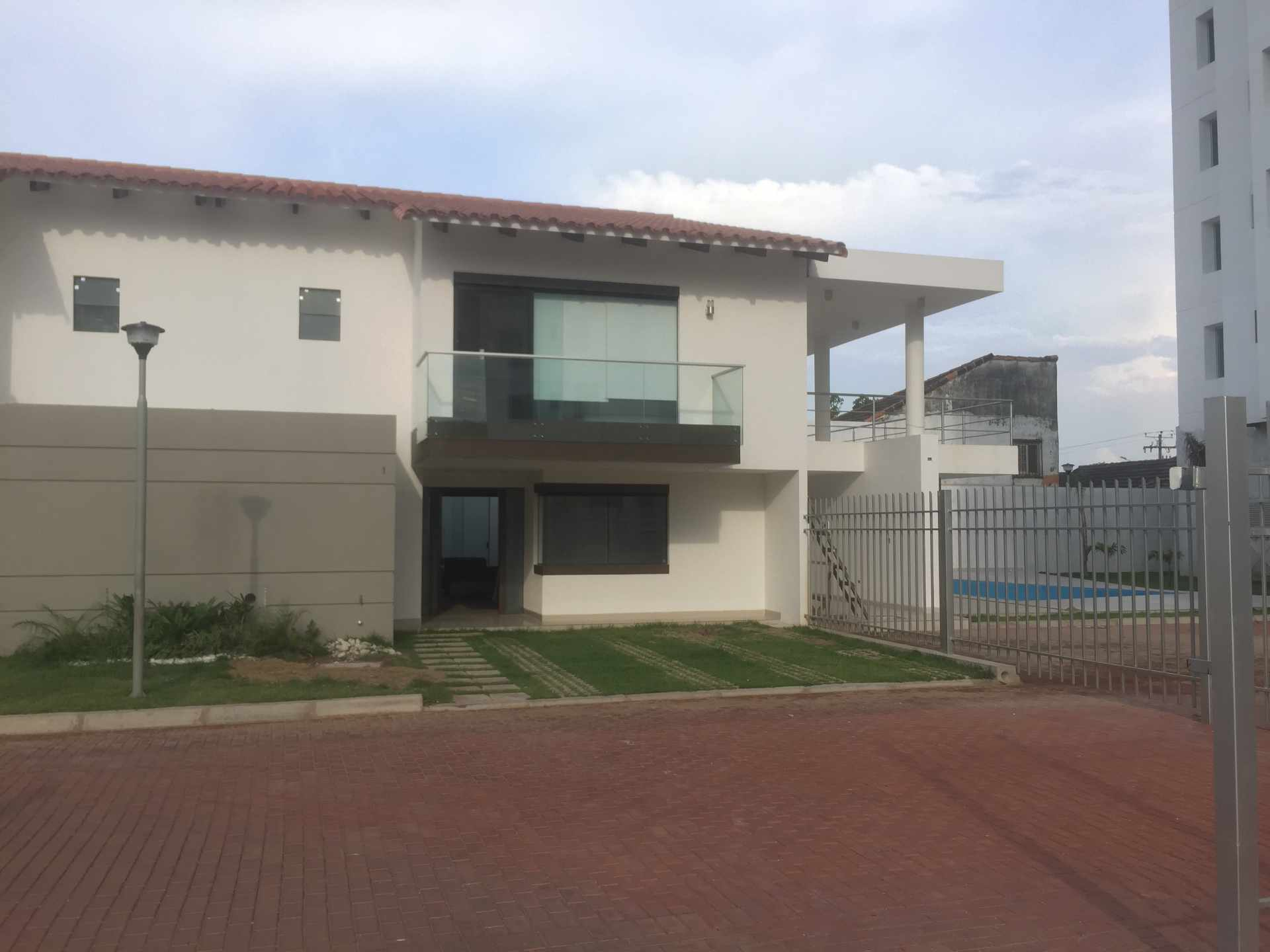 Casa en Alquiler Av. Pirai entre 4to y 5to anillo Cond. Santa Monica Foto 1