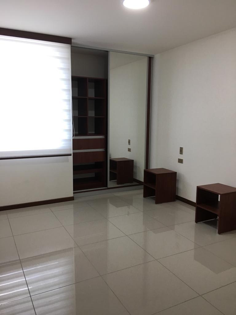 Departamento en Alquiler Avenida Los Cusis condominio Macoro 10 Foto 3