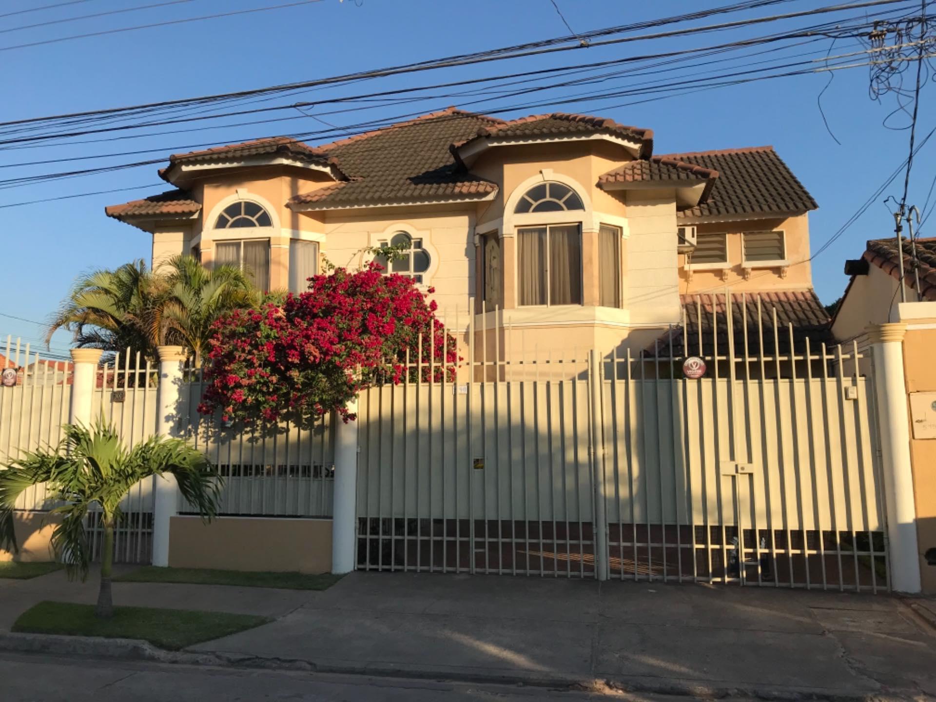 Casa en Alquiler Av. La Barranca barrio El Trompillo Alcaya #300 esq. Zoilo flores  Foto 1