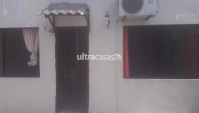 Casa en Alquiler en Santa Cruz de la Sierra 2do Anillo Este INMOBILIARIA TICO ORTIZ DA CASA EN ALQUILER SEMIINDEPENDIENTE.  UBICACION : Una cuadra antes del PARQUE URBANO 2do  ANILLO  , C/ Teniente Roca Peirano.  SUPERFICIE: 275mt2.  CARACTERISTICAS : 3 Dormitorios , 3 Dormitorio c/aire , 2 Dormitorios con Ropero empotrado y 2 c/ baño privado .  Dependencia de servicio.  Baño de visita , lavanderia , vestidor , 2depositos pequeños , cocina comedor con meson de granito, Cocina empotrada De 5 hornillas con horno , extractor, cajoneria, Sala con aire acondicionado,churrasquera ,garaje hasta para 3 vehiculos ,Patio trasero.  DETALLE: Incluye gas domiciliario  PRECIO DEL ALQUILER: 700$  Contactarse : 77692031.
