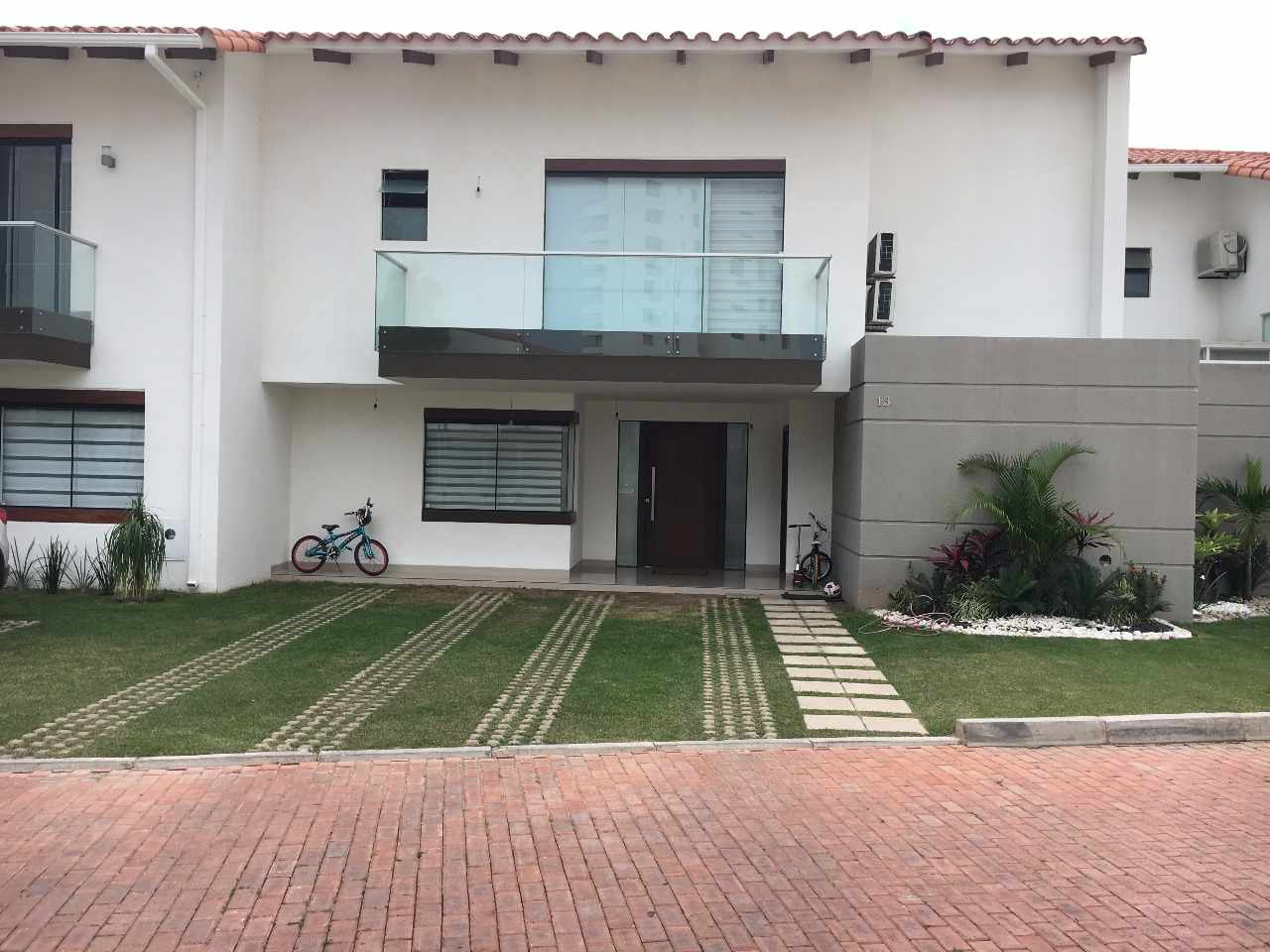 En venta casa en condominio zona oeste av pirai us for Casa minimalista zona oeste