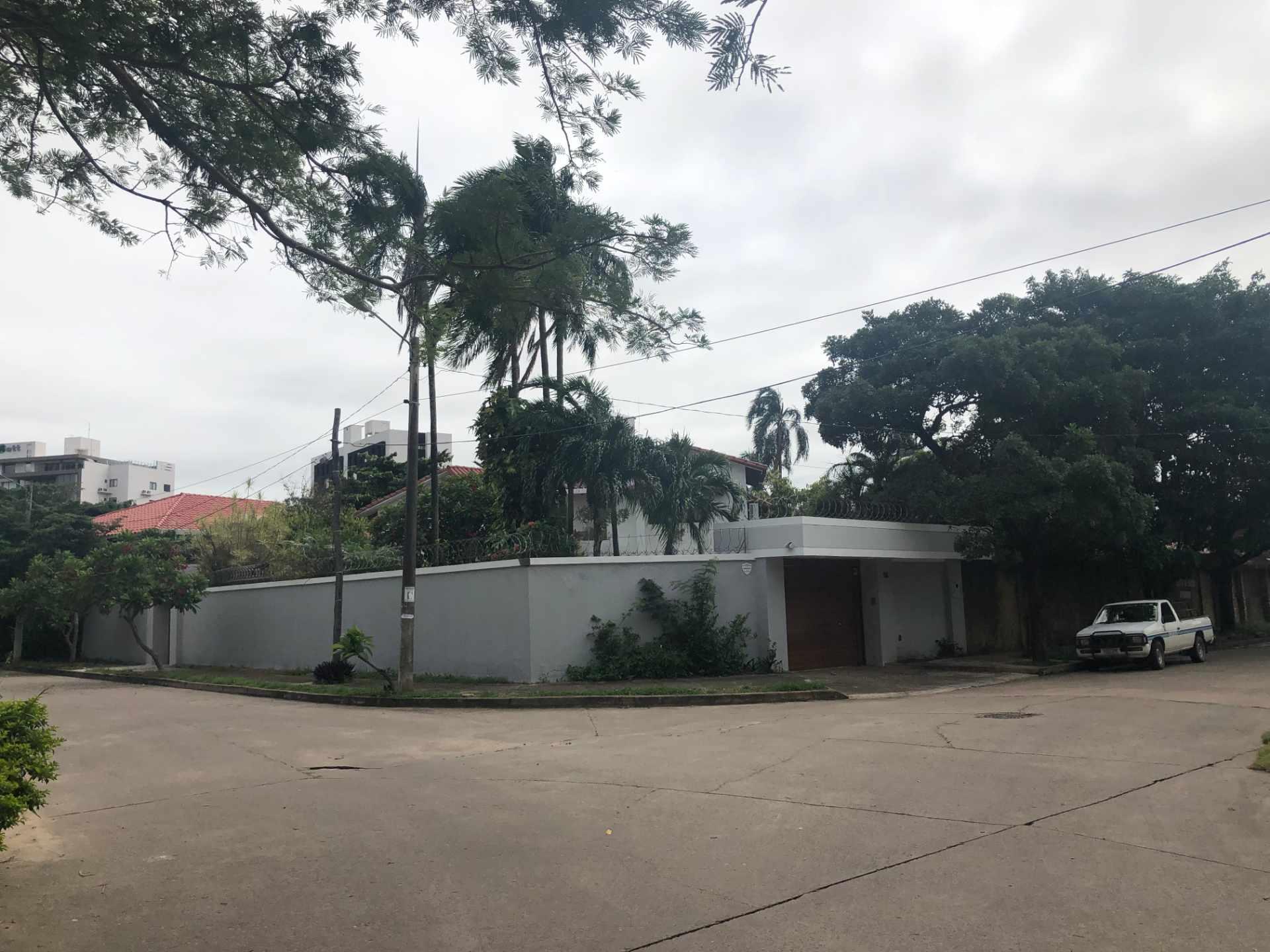 Casa en Alquiler Casa independiente ideal para vivienda + oficinas [Entre Av. Beni y Alemana, próximo a Los Cusis], Casa amplia en alquiler de 2 plantas y 5 dormitorios con dependencias [2.500$us.] Foto 1