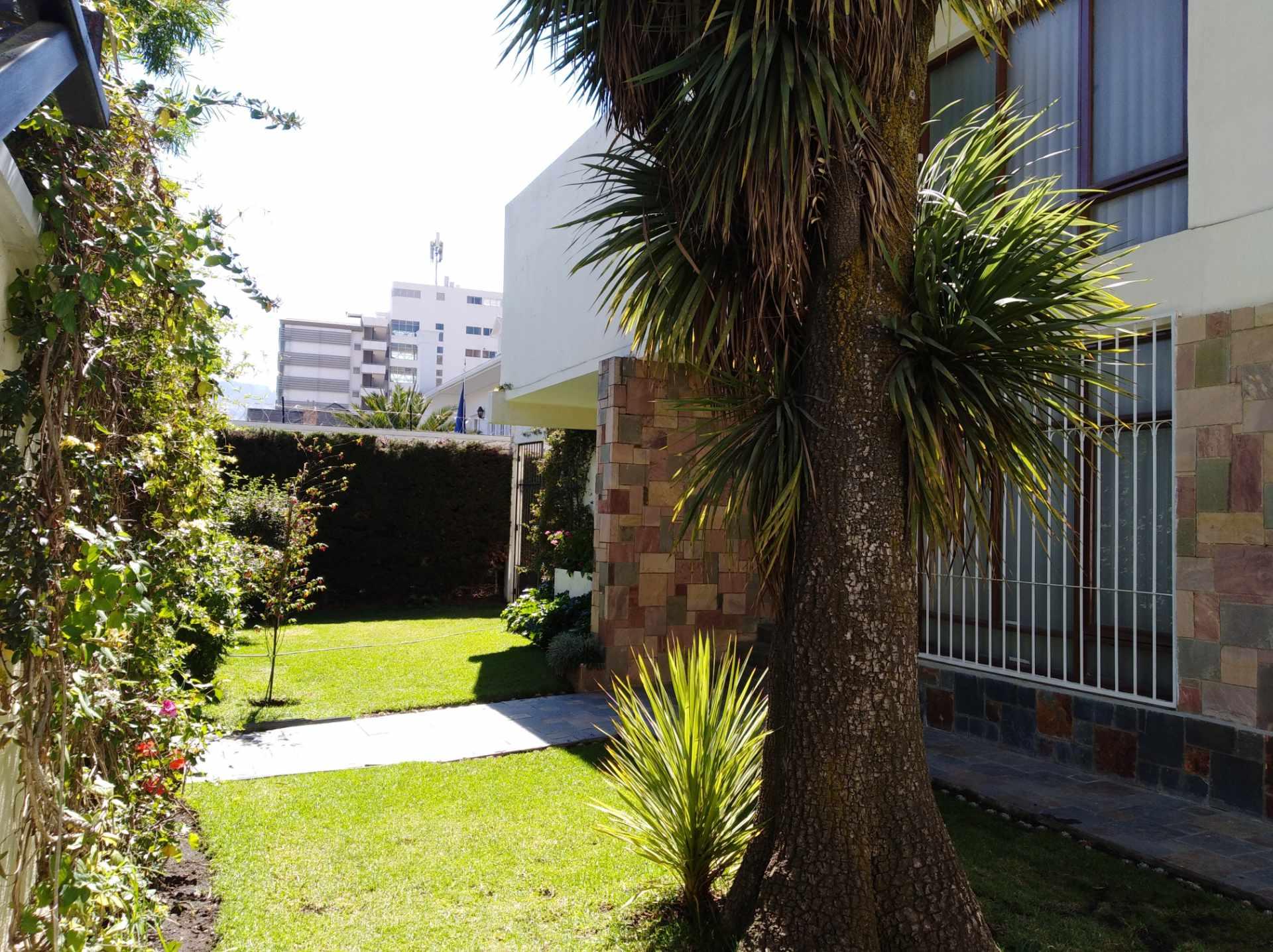 Casa en Alquiler CALACOTO calle 16 a 1/2 cuadra de la Av. Julio C. Patiño.  Foto 1